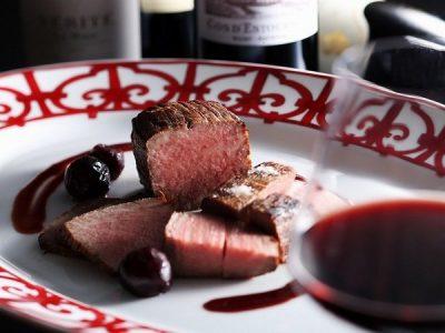 但馬牛ローストビーフを特製赤ワインソースと岩塩でお召し上がりください