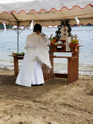 香住の八幡神社から宮司様がおいでくださり丁寧な神事でした